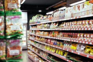 półki w supermarkecie